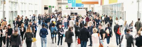 Anonyme Menschenmenge mit vielen Geschäftsleuten auf einer messe banner- Stock Photo or Stock Video of rcfotostock | RC-Photo-Stock