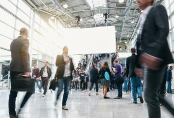 Anonyme Business Leute auf Messe oder Konferenz mit Großflächenplakat : Stock Photo or Stock Video Download rcfotostock photos, images and assets rcfotostock | RC-Photo-Stock.: