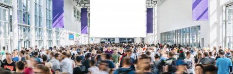 Anonyme Menschenmenge geht auf Messe mit leerem plakat als Mock-Up- Stock Photo or Stock Video of rcfotostock | RC-Photo-Stock