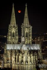 Blood moon between Cologne cathedral- Stock Photo or Stock Video of rcfotostock   RC-Photo-Stock
