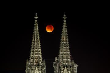 Blood moon between Cologne cathedral tops- Stock Photo or Stock Video of rcfotostock | RC-Photo-Stock
