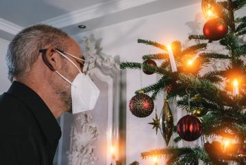 Caucasian Senior man wearing covid-19 mask in Christmas decorated room . - Stock Photo or Stock Video of rcfotostock | RC-Photo-Stock