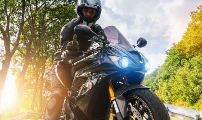 Polizei nimmt Motorrad fest und zeigt Mittelfinger- Stock Photo or Stock Video of rcfotostock | RC-Photo-Stock