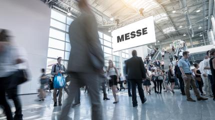 Viele anonyme Leute gehen auf Business Messe- Stock Photo or Stock Video of rcfotostock | RC-Photo-Stock