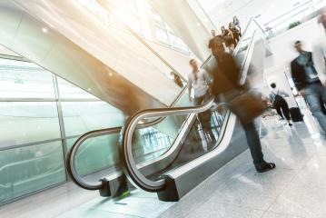 Viele Business Leute gehen auf einer Rolltreppe auf Messe veranstaltung : Stock Photo or Stock Video Download rcfotostock photos, images and assets rcfotostock | RC-Photo-Stock.: