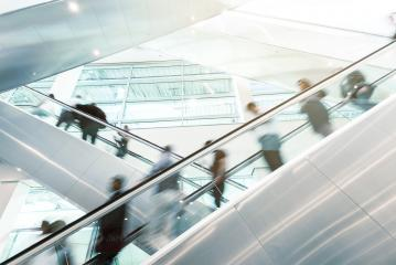 Viele Business Leute gehen auf Rolltreppe auf Messe : Stock Photo or Stock Video Download rcfotostock photos, images and assets rcfotostock | RC-Photo-Stock.:
