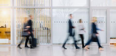 Viele verschwommene Menschen gehen durch ein Büro- Stock Photo or Stock Video of rcfotostock | RC-Photo-Stock