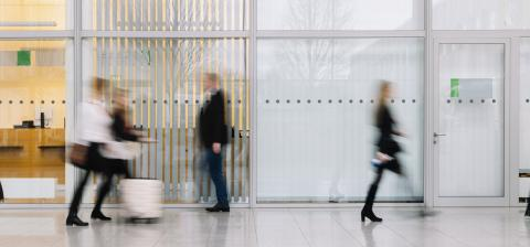Viele verschwommene Menschen gehen durch gang im Büro- Stock Photo or Stock Video of rcfotostock | RC-Photo-Stock