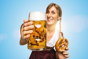 Warum das Oktoberfest nicht stattfinden darf 2021 - Frau hält Bierkrug mit Brezel für die Wiesn 2022 : Stock Photo or Stock Video Download rcfotostock photos, images and assets rcfotostock | RC-Photo-Stock.: