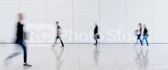 Anonyme Leute in Einkaufszentrum oder Flughafen  : Stock Photo or Stock Video Download rcfotostock photos, images and assets rcfotostock | RC-Photo-Stock.: