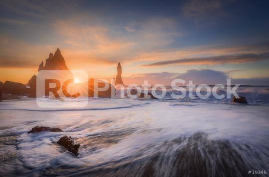 Brandung am Strand Reynisfjara mit Blick auf Reynisdrangar zum Sonnenaufgang im Winter  : Stock Photo or Stock Video Download rcfotostock photos, images and assets rcfotostock | RC-Photo-Stock.: