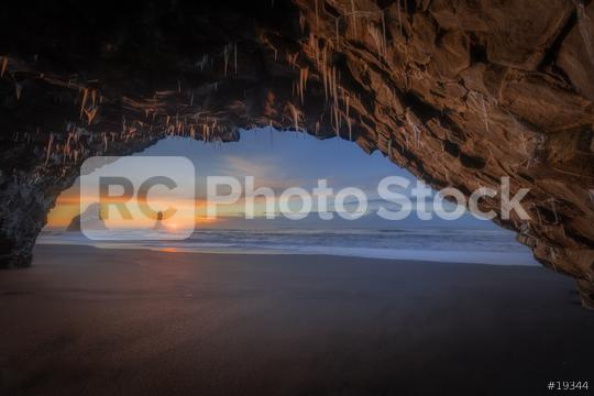 Höhle am Strand Reynisfjara mit Blick auf Reynisdrangar zum Sonnenaufgang im Winter  : Stock Photo or Stock Video Download rcfotostock photos, images and assets rcfotostock | RC-Photo-Stock.: