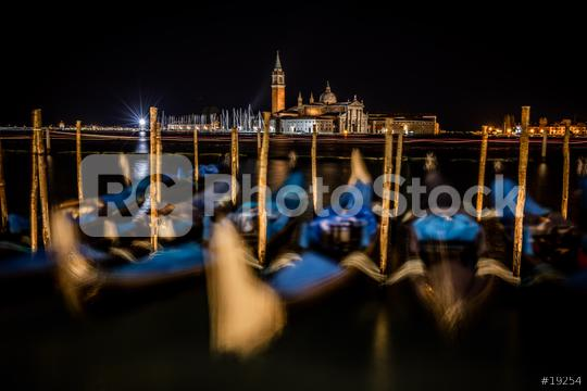 Tanzende Gondeln in Venedig bei Nacht, Italien  : Stock Photo or Stock Video Download rcfotostock photos, images and assets rcfotostock | RC-Photo-Stock.: